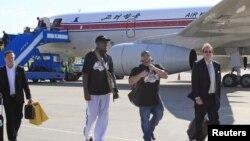 Cựu ngôi sao bóng rổ Dennis Rodman đến sân bay Bình Nhưỡng ở Bắc Triều Tiên, ngày 3/9/2013.