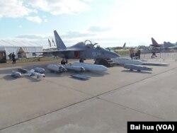 2013年8月莫斯科航展上展出的俄罗斯雅克-130战斗教练机(美国之音白桦拍摄)
