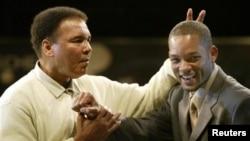 Muhammad Ali mencandai aktor Will Smith pada acara peluncuran buku 'Goat' (Greatest of all time), di gedung bersejarah tempat Ali mengalahkan Sonny Liston di Miami, 6 Desember 2003.
