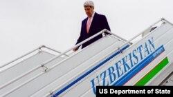 John Kerry Sakataren Harkokin Amurka yayinda ya kai ziyara kasar Uzbekistan dake Asiya