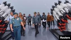 조코 위도도 인도네시아 대통령(가운데)이 지난 6월 나투나 제도의 해군 함정을 방문했다.