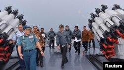 Tổng thống Indonesia Joko Widodo (giữa) đi trên boong tàu Hải quân Indonesia KRI Imam Bonjol cùng một số thành viên trong nội các của ông, ở Natuna, Indonesia, 23/6/2016.