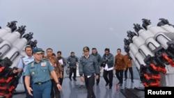 Tổng thống Indonesia Joko Widodo trên một tàu hải quân Indonesia trong vùng biển quanh quần đảo Natuna