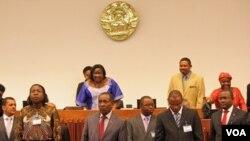 Membros do governo de Moçambique no Parlamento