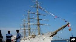 La fragata Libertad será recibida por la presidenta de Argentina Cristina Fernández en el puerto de Mar de Plata.