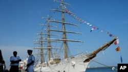 Awak kapal angkatan laut Argentina, A.R.A Libertand terlihat bersandar di pelabuhan Tema, Ghana, 11 Oktober 2012 (Foto: dok). PBB memerintahkan pemerintah Ghana untuk membebaskan kapal ini tanpa syarat dan membekali para awaknya dengan perbekalan seperlunya untuk kembali ke negaranya, Sabtu (15/12).
