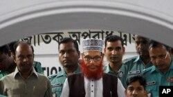 ក្រុមមន្ត្រីប៉ូលីសបង់ក្លាដេស្ហការពារលោក ដេឡាវ៉ា ហ៊ូសេន សាយ៉េឌី (Delwar Hossain Sayeedi) នៅកណ្តាល មេដឹកនាំជាន់ខ្ពស់នៃគណបក្សប្រឆាំងចាម៉ាត អ៊ី អ៊ីស្លាម (Jammat-e-Islami) ជាជនទីមួយដែលត្រូវកាត់ក្តីអំពីឧក្រិដ្ឋកម្មកាលពីឆ្នាំ១៩៧១។ រូបថតនៅថ្ងៃ
