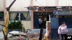 Foto yang dikeluarkan oleh kantor berita resmi Suriah SANA, warga Suriah memeriksa sekolah yang rusak di wilayah Akrama di provinsi Homs, Suriah, Rabu, 1 Oktober 2014. (Foto: dok.)