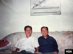Lê Ngộ Châu (trái) gặp lại Võ Phiến trong chuyến đi Mỹ năm 1994.