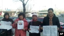 湖北访民蔡福先(戴帽)年三十带领访民在北京南站呼喊口号,被警察带走,被几十访民虎口夺人。