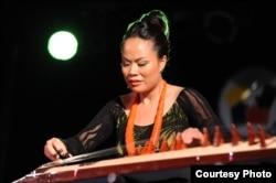 Nghệ sĩ Vân Ánh biểu diễn trong Liên hoan Đàn tranh Quốc gia. Ảnh: Nguyễn A