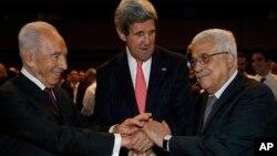 Presiden Israel Shimon Peres (kiri) dan Presiden Palestina Mahmoud Abbas saat bersama Menlu AS John Kerry (foto: dok).