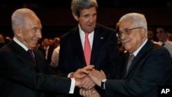 26일 열린 요르단 세계경제포럼에서 시몬 페레스 이스라엘 대통령과 존 케리 미국 국무장관, 마무드 압바스 팔레스타인 자치정부수반(왼쪽부터)이 악수를 나누고 있다.