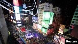 Suasana perayaan malam tahun baru di Times Square, New York (31/12). (Reuters/Gary Hershorn)