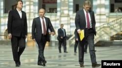 Константин Эрнст, генеральный директор ОАО «Первый канал», Владимир Путин и Дмитрий Песков, пресс-секретарь президента Российской Федерации