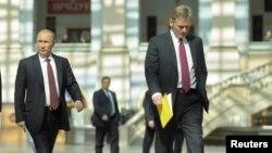 دمیتری پسکوف (راست) سخنگوی کرملین در کنار رئیس جمهوری روسیه