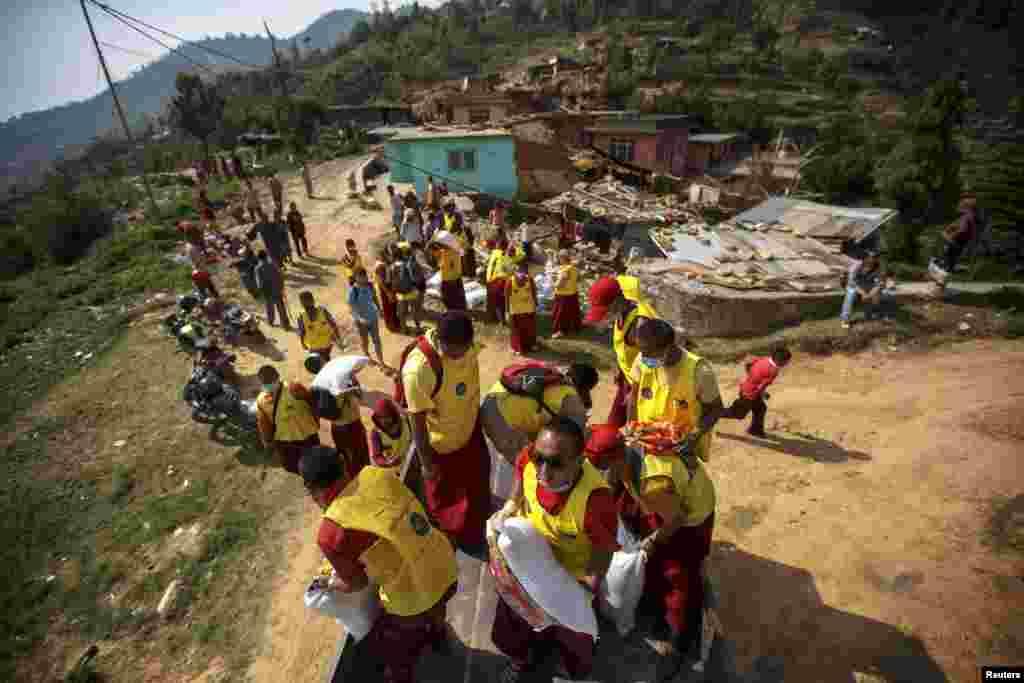اقوامِ متحدہ کا کہنا ہے کہ دو کروڑ 80 لاکھ آبادی والے نیپال میں کم از کم 80 لاکھ افراد زلزلے سے متاثر ہوئے ہیں۔