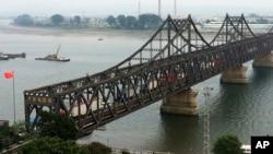 지난해 9월 북한 신의주와 중국 단둥을 잇는 조중우의교 위로 트럭이 지나고 있다.