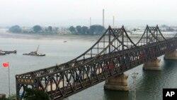 卡车开过中国丹东和朝鲜新义州之间的友谊大桥(2017年9月4日)