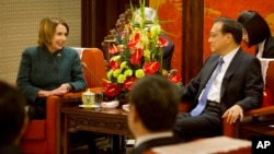 U.S. House of Representatives Minority Leader Nancy Pelosi (l) speaks during a meeting with Chinese Premier Li Keqiang, at the Zhongnanhai leadership compound in Beijing, Nov. 13, 2015.