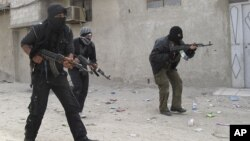 Binh sĩ thuộc Quân đội Syria Tự Do tại một khu vực trong thủ đô Damascus