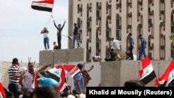 Des partisans de Moqtada al-Sadr envahissant la Zone verte à Bagdad, le 30 avril 2016 (REUTERS/Khalid al Mousily TPX IMAGES OF THE DAY - RTX2C974)