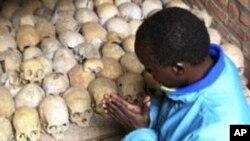 一位1994年大屠杀幸存者在那次大屠杀受害者的遗骨前祈祷(资料照片)