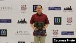 Cristophorus Budidharma saat meraih penghargaan Outstanding Service Award di RIT (dok: Cristophorus Budidharma)