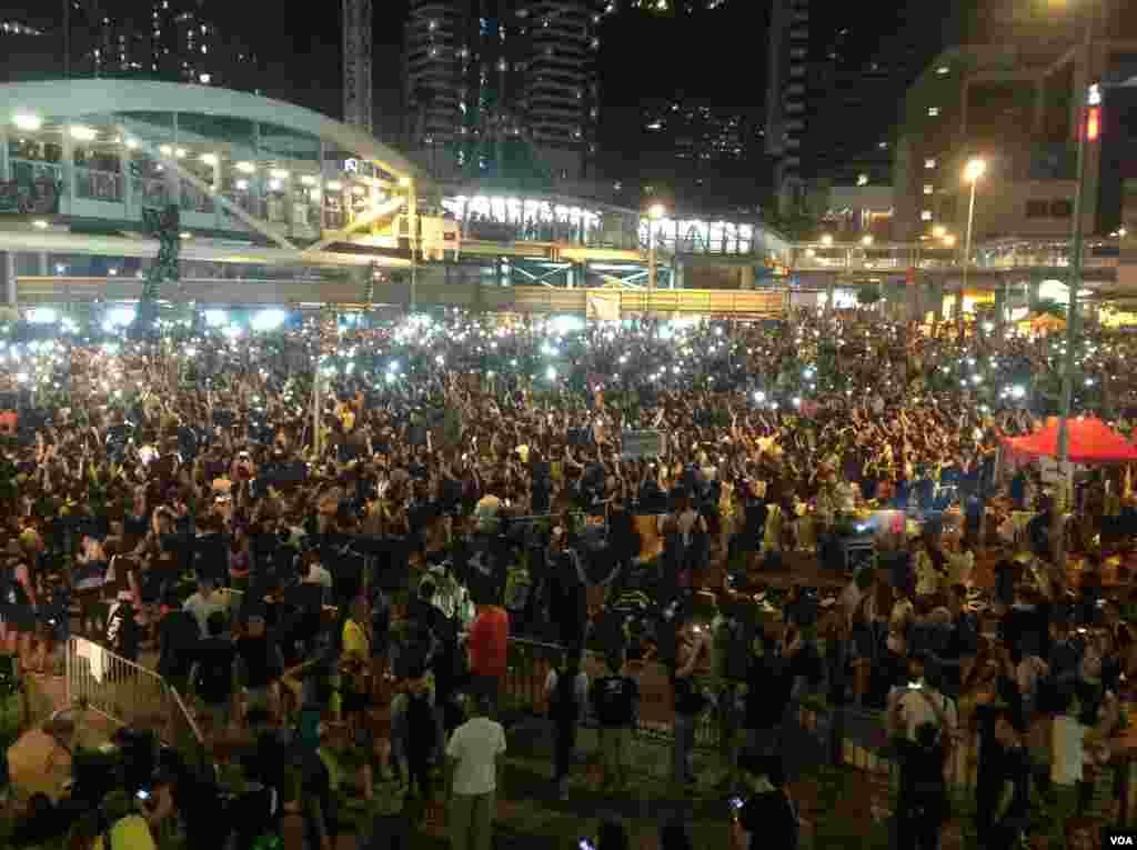 数以万计港人周三继续参与街上占据行动(美国之音海彦拍摄)