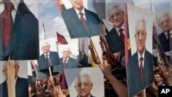 Dubban Falasdinawa dauke da hotunan Mahmoud Abbas suka yi ma shugaban nasu tarbar gwarzaye, lahadi 25 Satumba, 2011 a birnin Ramallah dake yankin Yammacin Kogin Jordan.