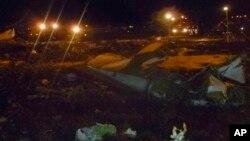 17일 러시아 카잔 공항 인근 보잉 737 여객기 추락 현장. 이번 사고로 승객과 승무원 50여명이 사망했다.