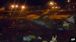 Pesawat Boeing 737 milik Tatarstan Airlines yang jatuh ketika mendarat di bandara kota Kazan Minggu malam (17/11).