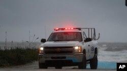 Nhân viên cứu hộ tuần tra ở Biển Jacksonville, Florida, ngày 6/10/2016.