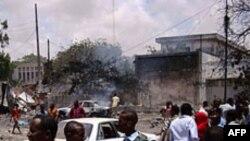 ሞቅዲሾ ከተማ ውስጥ ማክሰኞ መስከረም 24 / 2004 የአጥፍቶ ጠፊዎች ፍንዳታ ከደረሰ በኋላ (Mogadishu, October 4, 2011)