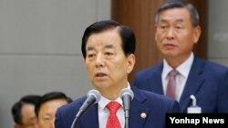 한민구 한국 국방장관이 21일 서울 용산 국방부에서 열린 국회 법제사법위원회 국방부 군사법원에 대한 국정감사에서 현황 보고를 하고 있다.