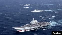 Kapal induk China Liaoning melakukan latihan di kawasan Laut China Selatan, pada foto yang diambil Desember 2016.