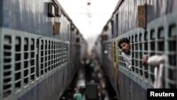 新德里火车站等候来电的一名旅客从火车车窗向外张望