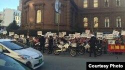 抗议安倍来访的旧金山民众(林世东提供)