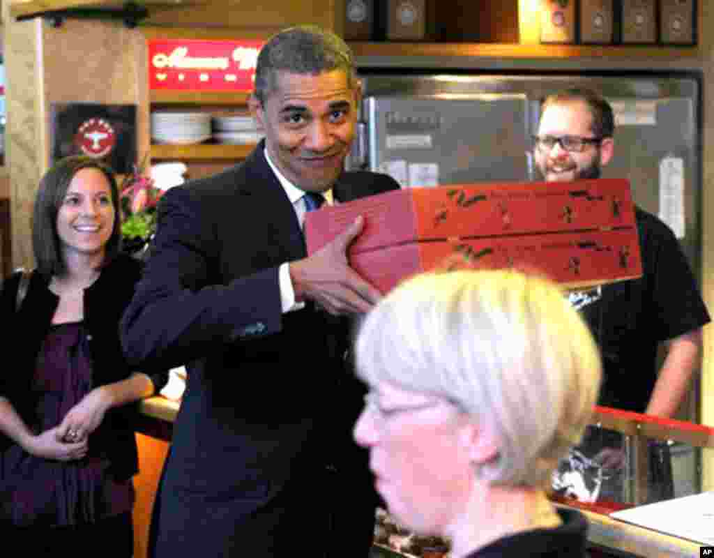 President Barack Obama and Sen. Patty Murray, D-Wash., right, get donuts from Top Pot donuts in Seattle, Wash., Thursday, Oct. 21, 2010. (AP Photo/Susan Walsh)