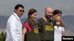 Los liberados Ángel Fernandez Sanchez y Maria Concepcion Marlaska, fueron llevados al Hospital Militar en Bogotá para una evaluación médica.