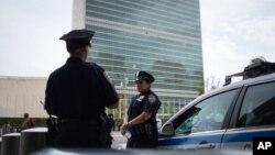 전날 첼시지역에서 발생한 폭발 사건으로 뉴욕시내 치안 경계가 강화된 가운데, 18일 경찰관들이 유엔총회가 예정된 유엔본부 주변을 지키고 있다.