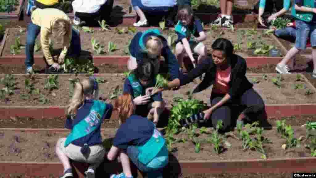 La primera dama Michelle Obama planta el jardín de la Casa Blanca junto a estudiantes de todo el país. (Foto oficial de la Casa Blanca de Lawrence Jackson).