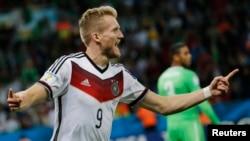 30일 브라질 포르토알레그레에서 열린 독일과 알제리의 16강전에서 독일의 안드레 쉬를레가 결승점을 올린 후 환호하고 있다.