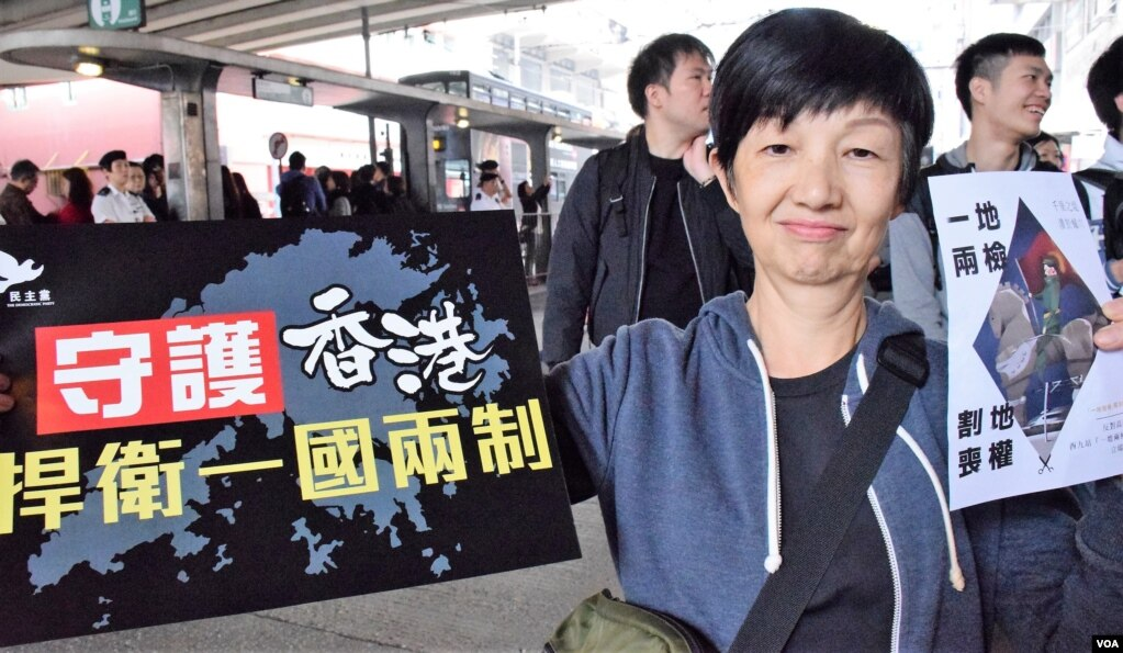 香港市民鄺太太參加集會抗議(美國之音特約記者湯惠芸拍攝)