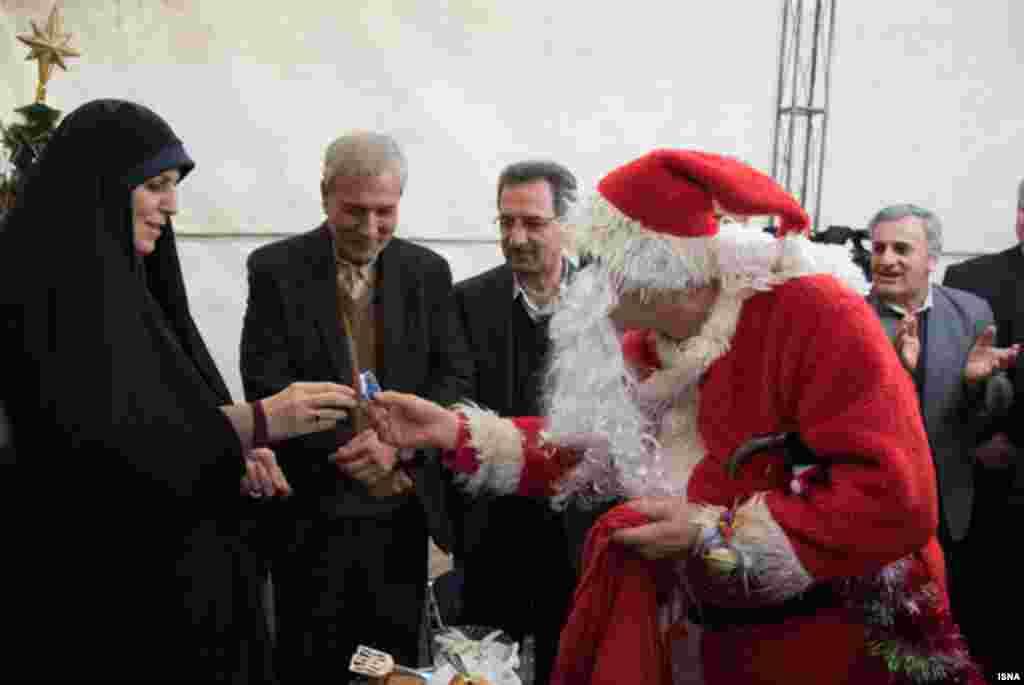 در بازدید از یک کلیسا، بابانوئل یک هدیه به شهیندخت مولاوردی، معاون امور زنان و خانواده رئیس جمهوری ایران اهدا می کند.