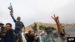 Phe nổi dậy mừng chiến thắng sau khi chiếm được Bir Ayyad gần thành phố Zintan ở vùng Núi phía Tây, cách Tripoli 120 km về hướng tây nam, ngày 3 tháng 6, 2011