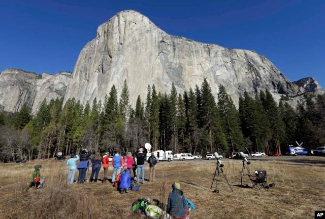 Spectators at Yosemite National Park look at the mountain peak called El Capitan to watch professional rock climbers. Jan. 14, 2015. (AP Photo)