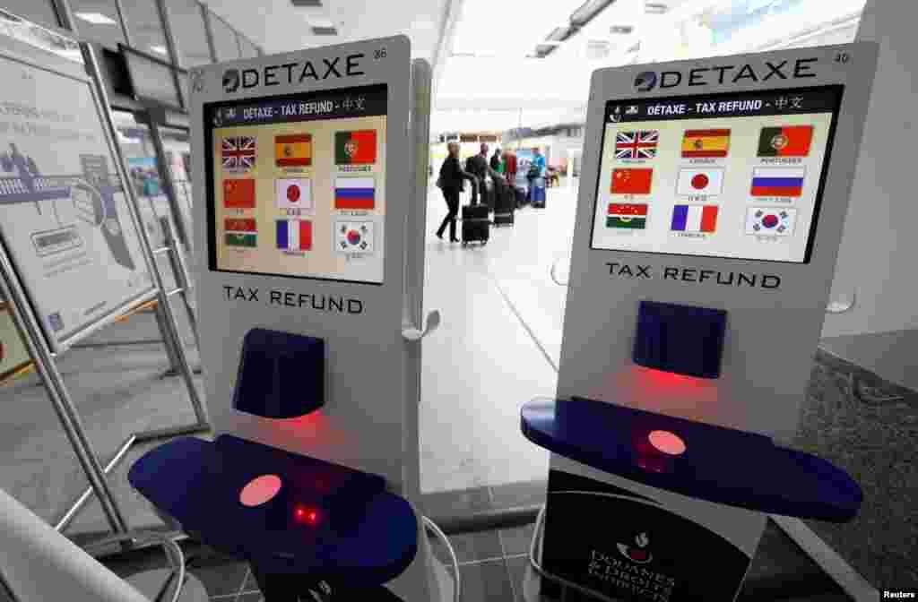 دستگاه بازپرداخت مالیات در فرودگاه بین المللی نیس فرانسه. در خیلی از کشورها اگر به عنوان توریستی خرید کنید و برای جنسی مالیات بدهید، موقع خروج به شما آن مالیات را پس می دهند. در برخی کشورها این بازپرداخت پروسه طولانی است اما فرانسوی ها با این دستگاه مشکل را حل کرده اند.