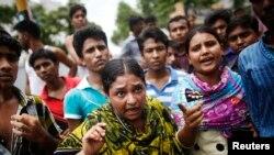 5일 방글라데시 의료 공장에서 집단 식중독 사고가 발생한 후, 공장 측에 시위하는 노동자들.
