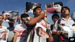 Những người ủng hộ 14 sinh viên bị bắt giữ biểu tình bên ngoài tòa án quân sự ở Bangkok, Thái Lan, ngày 7/11/ 2015.